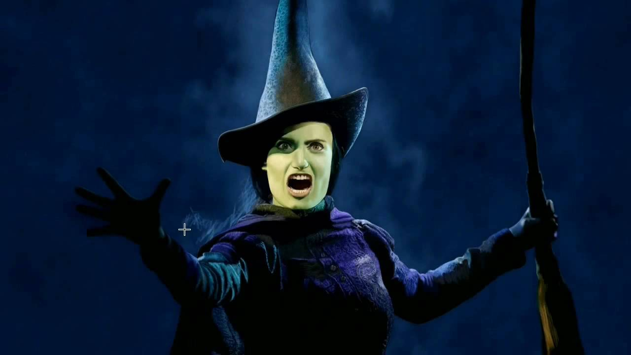 Idina Menzel, The Wicked müzikalinde Defying Gravity sahnesinde