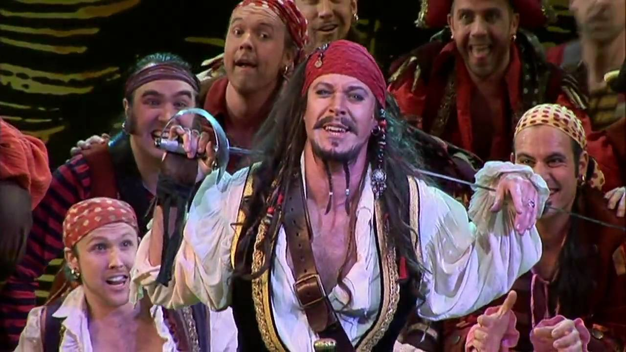 Antony Warlow, Pirates of Penzance müzikalindeki I am a Pirate King sahnesinde ekiple birlikte